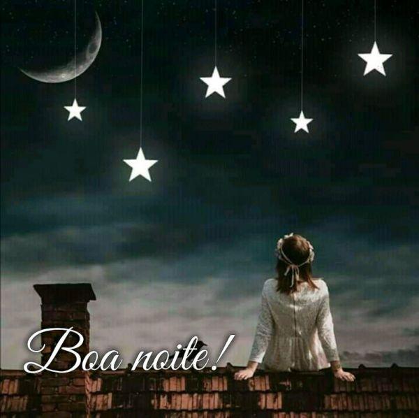 menina sentada no muro olhando as estrelas e a lua