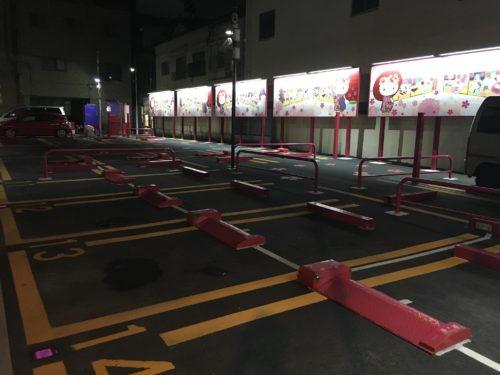 暗いながらも目立つピンク色の駐車場