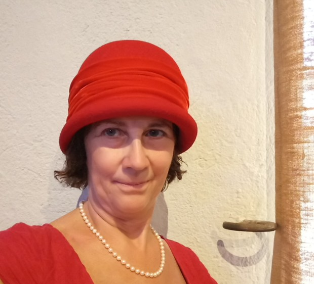 Borrowing a hat from the Musee du Chapeau
