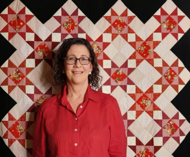 Amanda Jane Ogden and the Winter Roses quilt about to give a 'Tricia Talk' on quilting