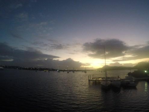 Assistindo o nascer do sol enquanto esperávamos o barco partir