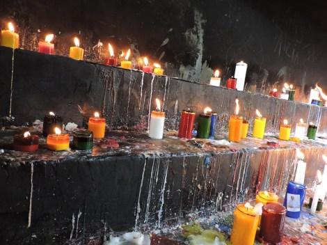 La gente prende velas apara agradecer o pedirle a la Virgen de Ipiales