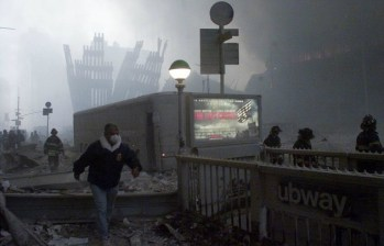 Un hombre pasa por la estación de metro cerca del derrumbado World Trade Center.