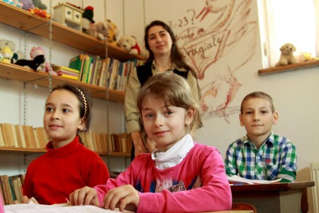 Larisa si Mihaela, in spate Stefan. Educatoarea Lavinia IMG_9234