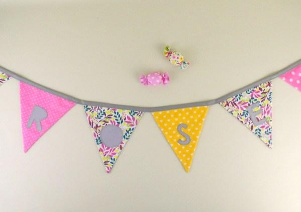 guirlande-decoration-chambre-fille-rose-jaune-fleur-liberty-personnalise-prenom-rose-cadeau-naissance-bapteme