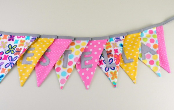 guirlande-fanions-personnalise-prenom-estella-decoration-bapteme-chambre-bebe-rose-jaune-papillon