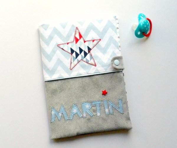protege-carnet-sante-prenom-martin-etoile-bleu-clair-gris-rouge-marine-personnalisable