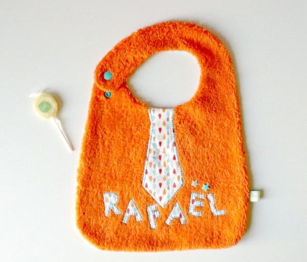 bavoir-personnalise-rafael-brode-prenom-cravate-orange-cadeau-personnalise-bebe-bapteme