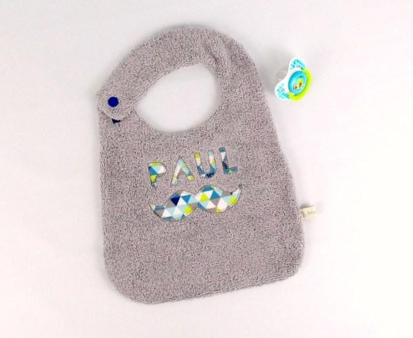 bavoir-personnalise-paul-moutsache-brode-prenom-gris-bleu-turquoise-marine-motifs-geometriique-idee-cadeau-garcon-bebe-mignon-bavoir-chic