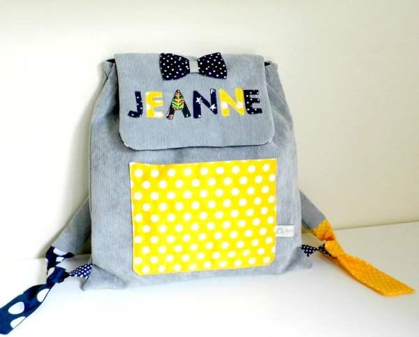 cartable-fille-maternelle-personnalisable-prenom-jeanne-tissus-couleurs-sac-a-dos-bebe-personnalise-gris-jaune-bleu-marine-cadeau-anniversaire-noel-fille-2-ans