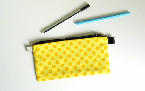 trousse-personnalisable-noir-imprimee-plumes-originale-trousse-ecole-primaire-fille-pencil-case-kids