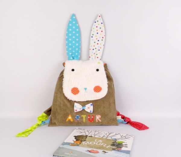 sac-a-dos-maternelle-lapin-personnalise-prenom-artur-sac-enfant-modèle-unique-rabbit-backpack-personalized-name