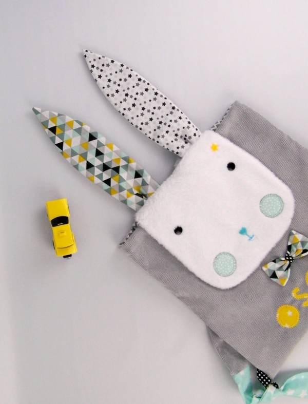 sac-a-dos-bebe-lapin-personnalise-prenom-oscar-creche-nounou-sac-maternelle-gris-jaune-moutarde-vert-menthe-cartable-personnnalisable-rabbit-kindergarten-backpack