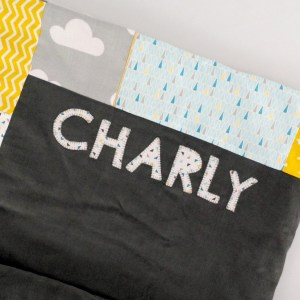 couverture-bebe-personnalisee-brodee-prenom-charly-deco-chambre-gris-jaune-moutarde-bleu-tapis-d-eveil-cadeau-naissance-bapteme-amaniterose