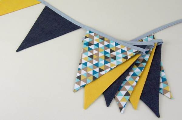 guirlande-decoration-chambre-enfant-garcon-jaune-moutarde-bleu-marine-banderole-fanions-personnalisable-prenom