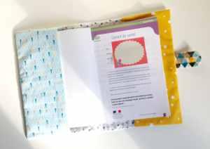 housse-carnet-sante-bebe-personnalise-prenom-hugo-bleu-turquoise-jaune-moutarde-hibou-liste-naissance-cadeau-bebe-personnalisable