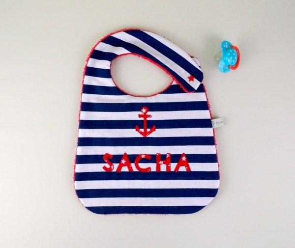 bavoir-style-marin-garcon-personnalise-prenom-sacha-rouge-ancre-cadeau-naissance-personnalisable
