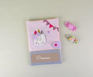 protege-carnet-sante-personnalise-licorne-rose-poudre-gris-mauve-cadeau-naissance-fille