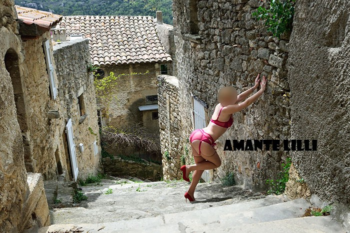 AmanteLilli-exhib-dans-la-rue-en-porte-jarretelle-15