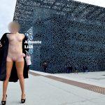 AmanteLilli s'exhib nue sous un manteau à Marseille sur l'esplanade du J4, exhib publique et flashing nue sous un manteau, chaîne de cheville hotwife et bas wolford, ouvre son manteau nue au mucem, femme coquine libertine exhibe