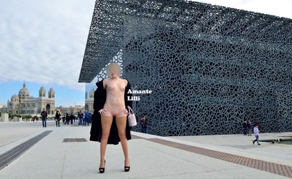 AmanteLilli s'exhib nue sous un manteau à Marseille sur l'esplanade du J4, exhib publique et flashing nue sous un manteau, chaîne de cheville hotwife et bas wolford, ouvre son manteau nue au mucem