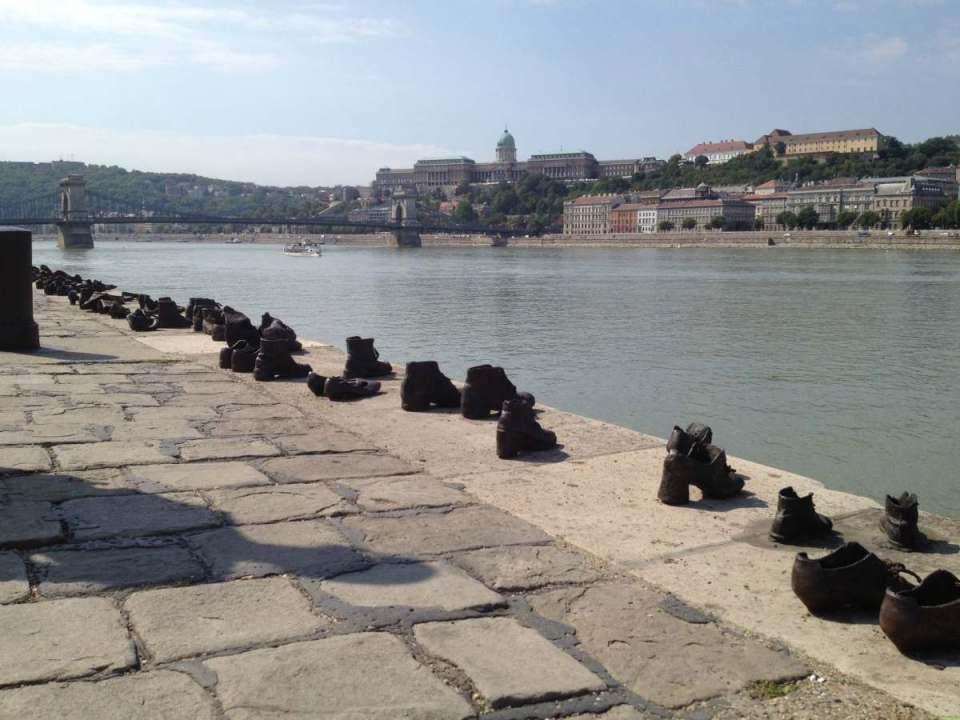 Memorial de sapatos nas margens do Danúbio