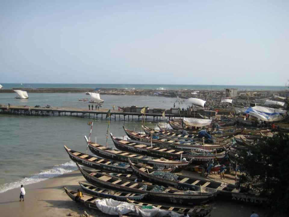 Barcos de pesca em Acra