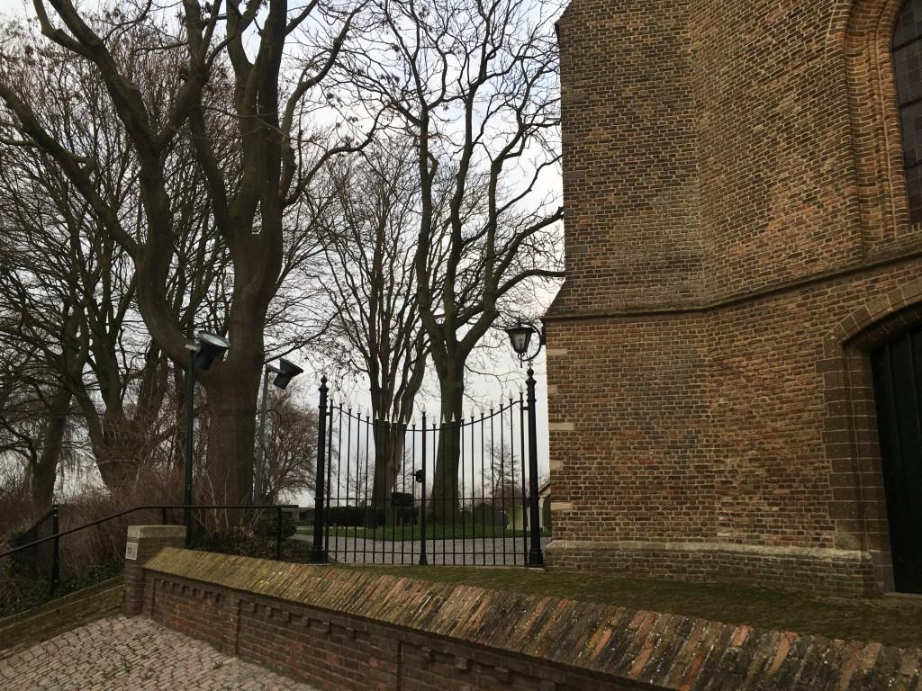 Het toegangshek van de begraafplaats van Giessen-Oudekerk, aangrenzend aan de Nederlandse Hervormde kerk.