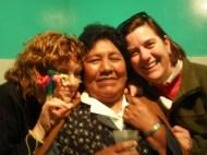 Teo, Mamá Acho y Leo, en la 'rutucha' (rito de entrada a una comunidad) de Raissa, en nuestro pisito de La Paz. 2008