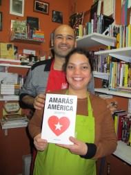 Adriana y Cristian, con un ejemplar de Amarás América. Buenos Aires, julio 2014.