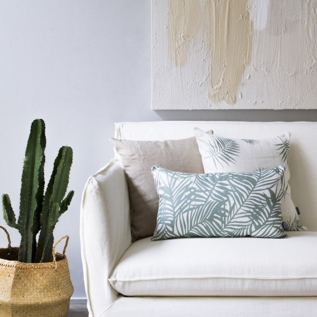 elementos naturales en decoracion como el estampado de plantas de los cojines