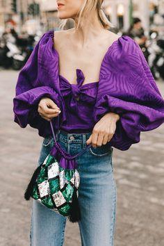 cómo combinar un jersey lila con estampados