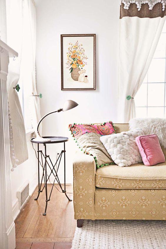 Lampada da tavolo per l'angolo relax in soggiorno