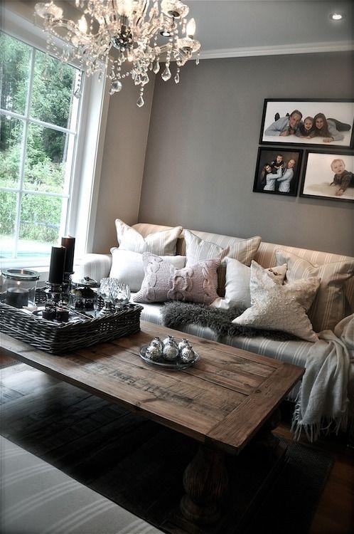 Un soggiorno accogliente decorato con toni neutri