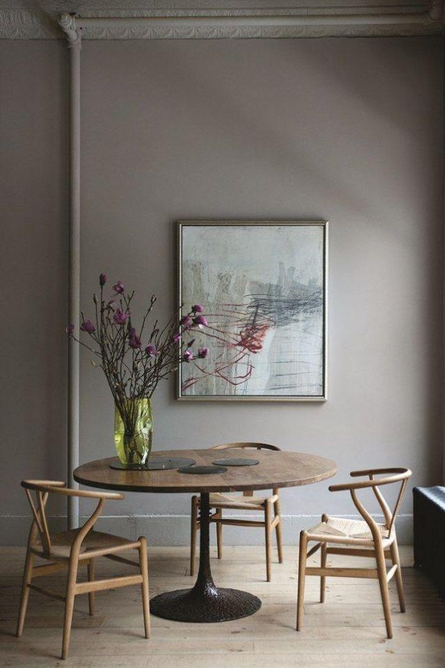 Toni neutri del tortora e nuance del legno per questa zona pranzo minimalista
