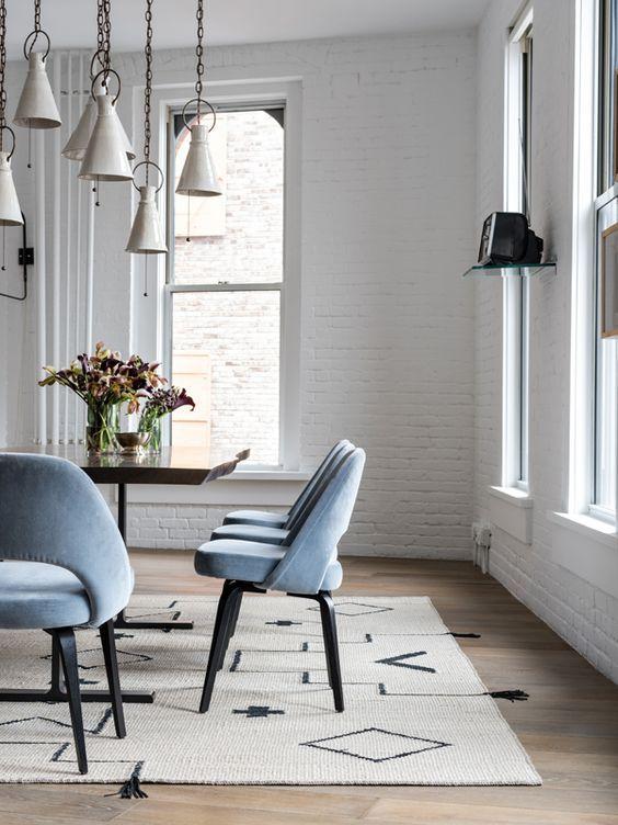 Sala da pranzo scandinava con sedie Saarinen Executive