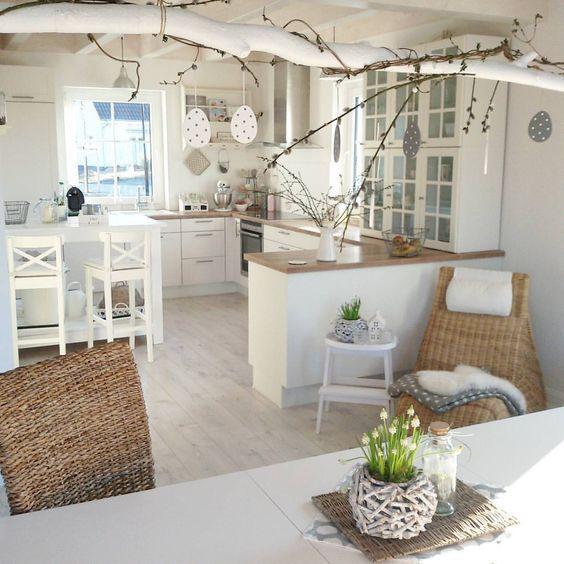 Decorazione pasquale per il soggiorno con rami e uova di carta