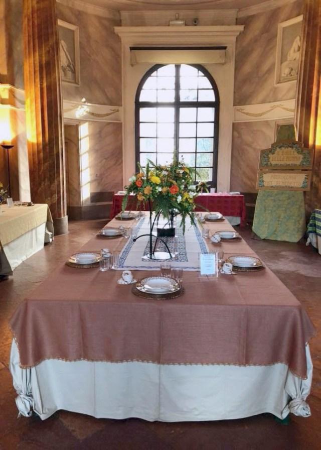 Tavola fiorita nel salone di Villa Forni a Modena