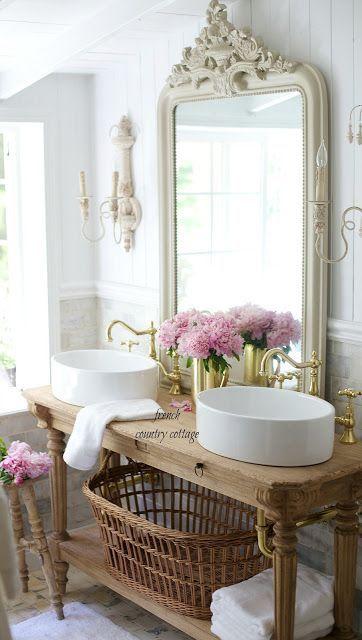 Lavabo doppio in stile retro con grande specchiera