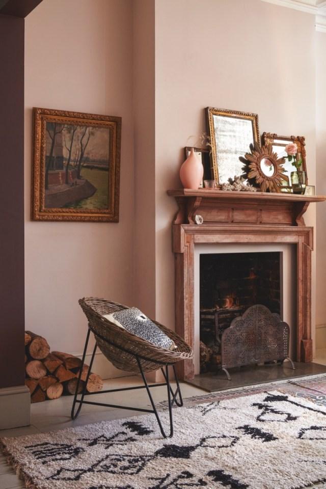Un soggiorno rétro caratterizzato dal colore rosa