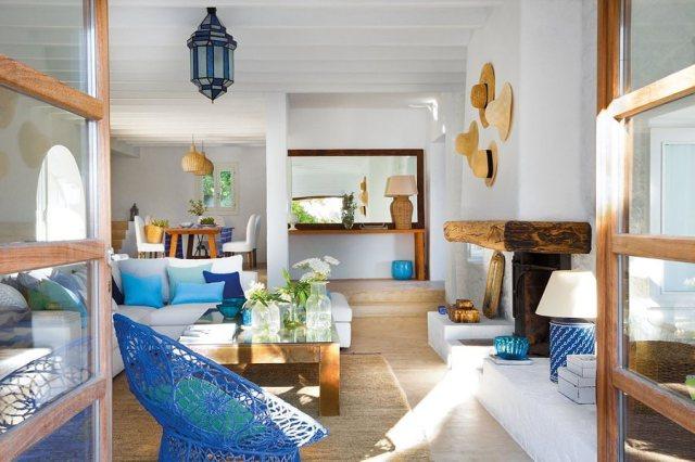 Un elegante soggiorno luminoso dominato da colori estivi