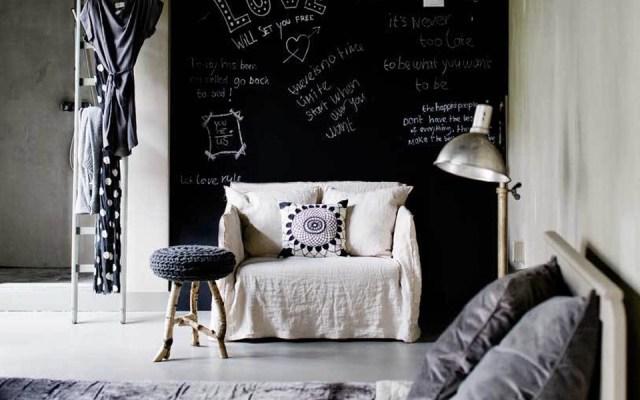 Camera da letto con parete effetto lavagna
