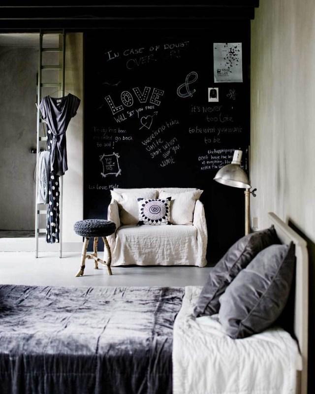 Soggiorno con parete effetto lavagna