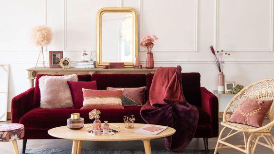 Soggiorno dai colori bordeaux, burgundy, rosa e oro