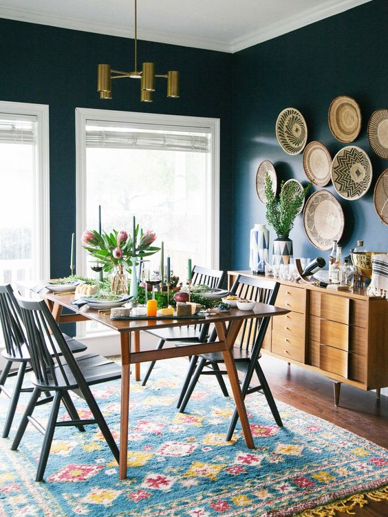 Sala da pranzo con pareti scure e tappeto