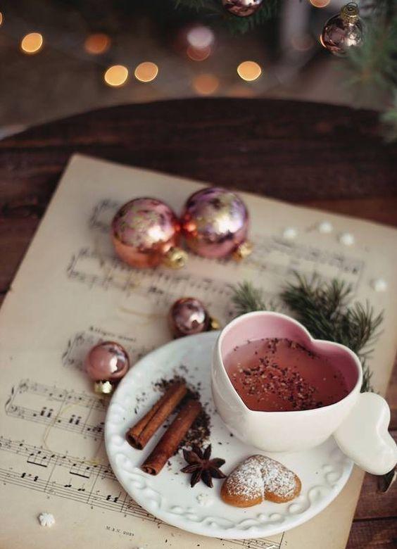 Tazza di te, biscotti, anice e cannella per la colazione invernale