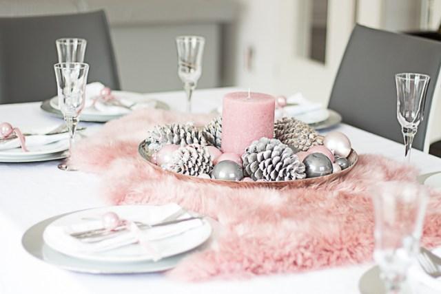 Toni sobri del bianco, grigio e rosa per questa tavola natalizia