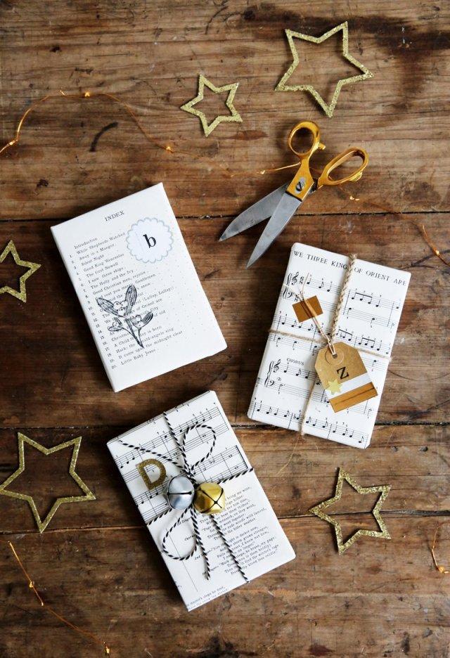 Confezioni regalo di Natale con campanellini