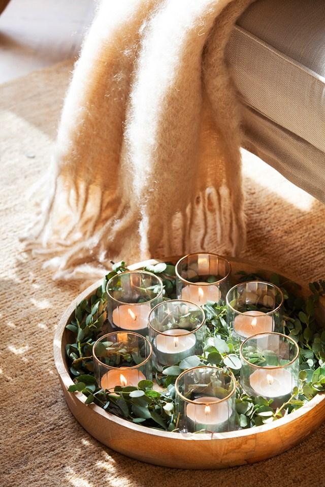 Decorazione natalizia semplice e di classe con candele e foglie di eucalipto