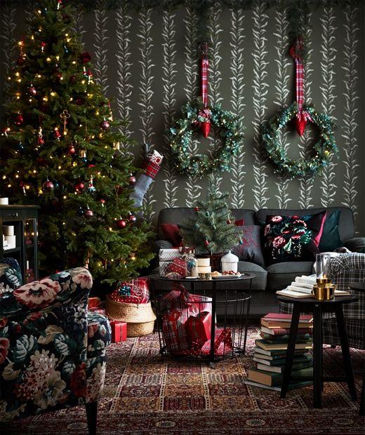 Soggiorno con decorazione natalizia tradizionale